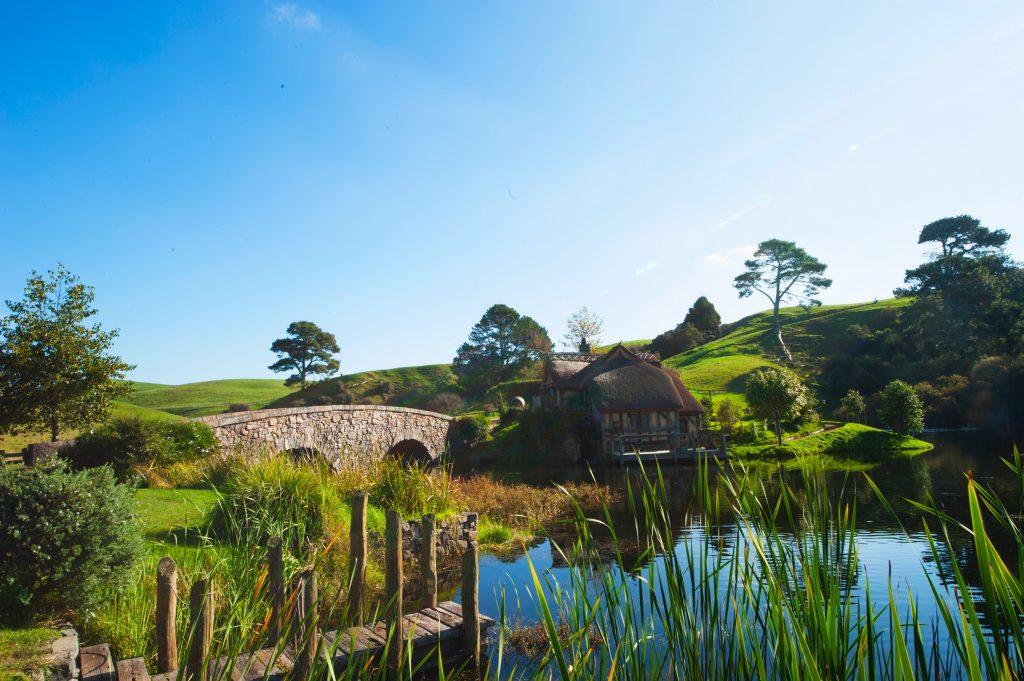 Maison de campagne près d'un étang avec petit pont en pierre