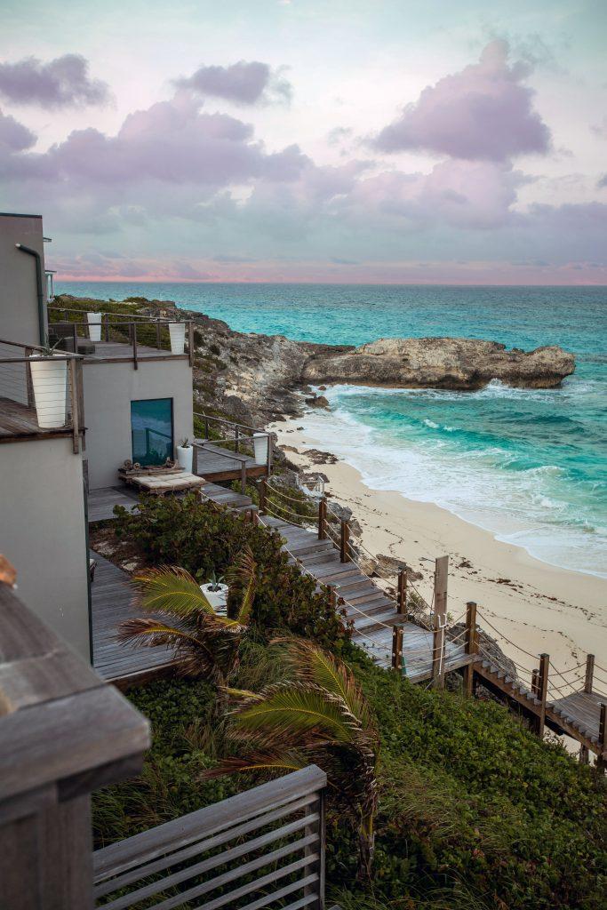 Villa d'architecte en bord de mer avec escaliers qui donnent sur la plage