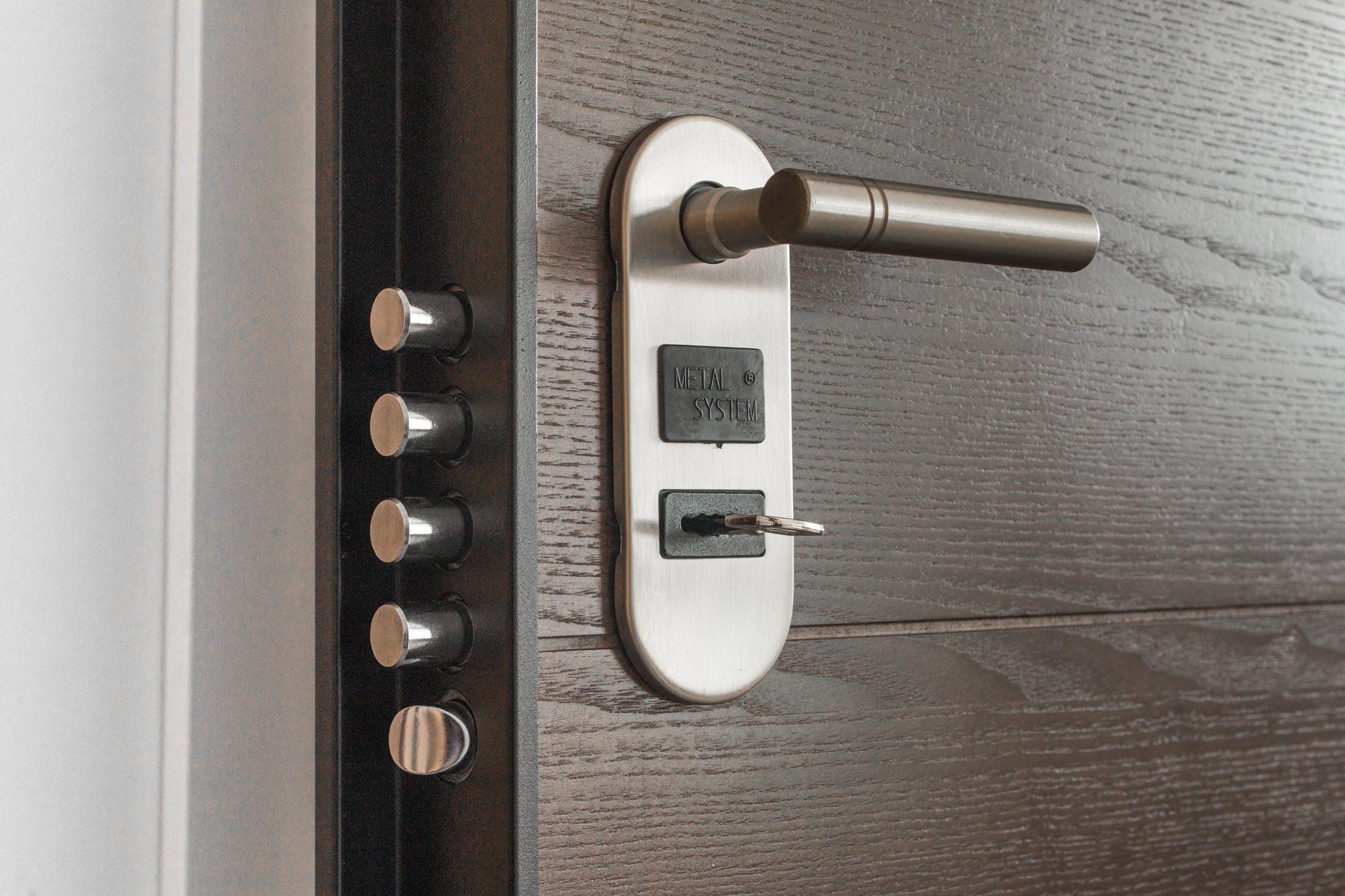 Gros plan sur la serrure d'une porte d'entrée blindée pour limiter les cambriolages